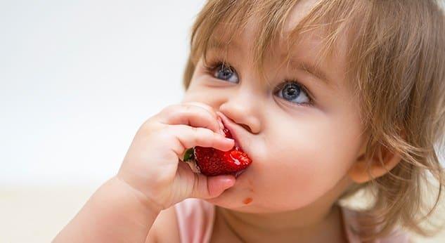 Beneficios del BLW niño comiendo
