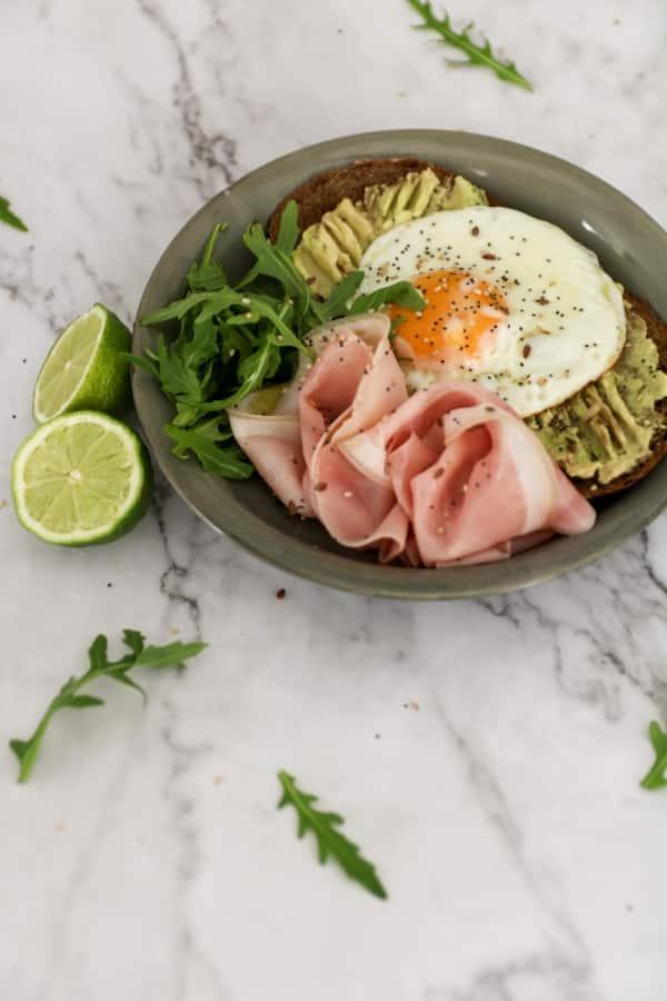 Ingredientes Tostadas de aguacate huevo y jamon cocido nutricionista valencia elisa escorihuela