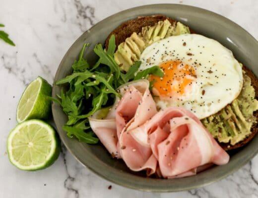 Tostadas de aguacate huevo y jamon cocido nutricionista valencia elisa escorihuela