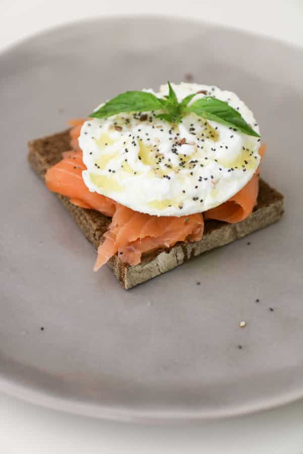 tosta de salmón y huevo