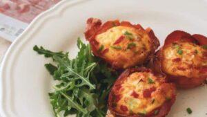 cestas de jamón y huevo con verduras