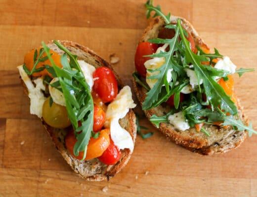 tostadas de albaricoque y tomates
