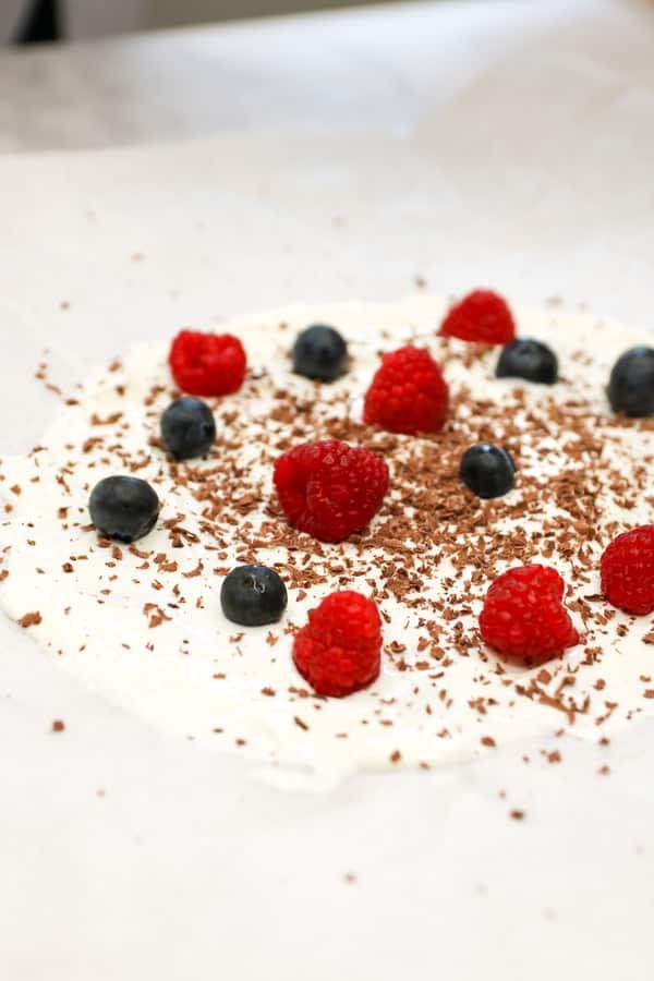 Helado de yogurt y frutos rojos