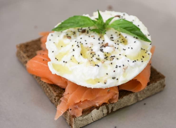Tosta de salmón y huevo nutricionista valencia